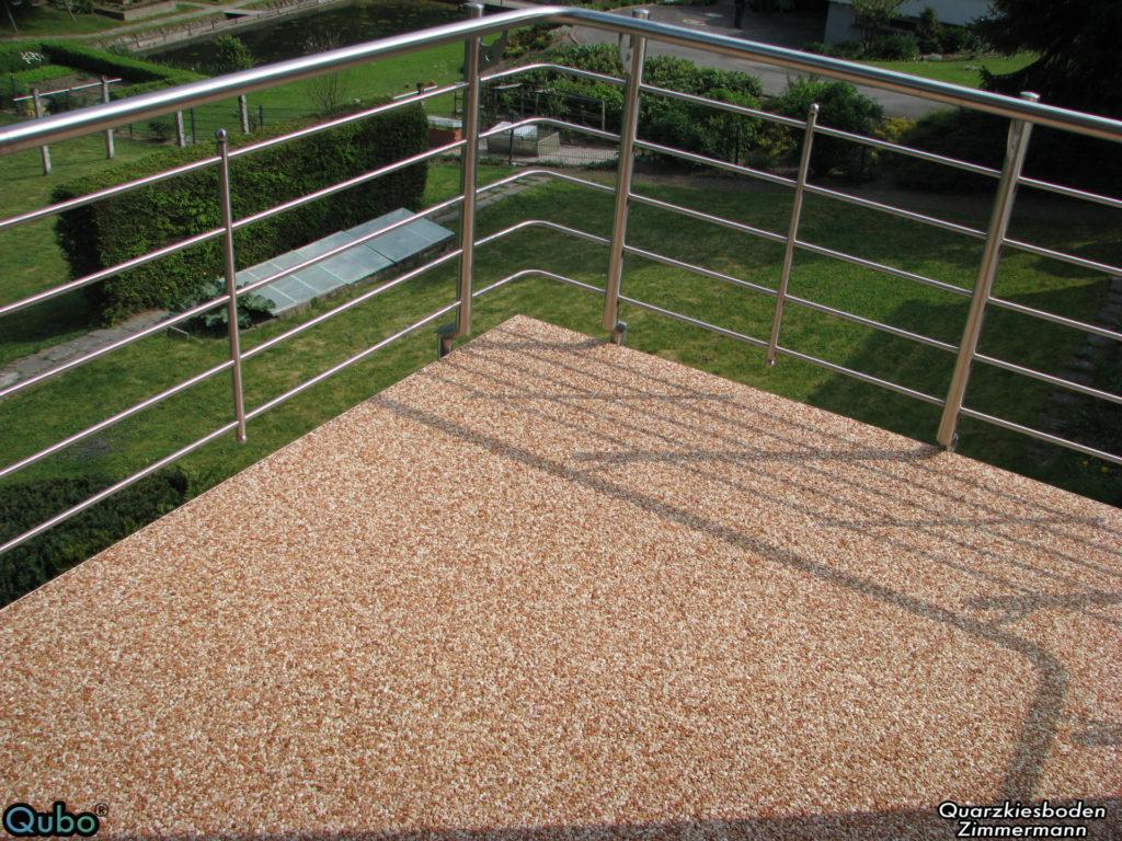 Balkon nach der Sanierung mit Steinteppich