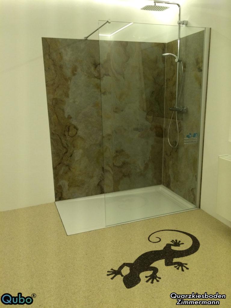 Dusche aus Naturschiefer mit Steinteppich Logo