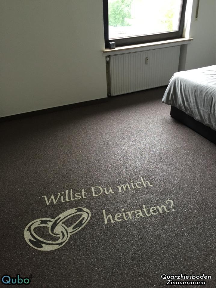 Schlafzimmer mit Steinteppich Schriftzug