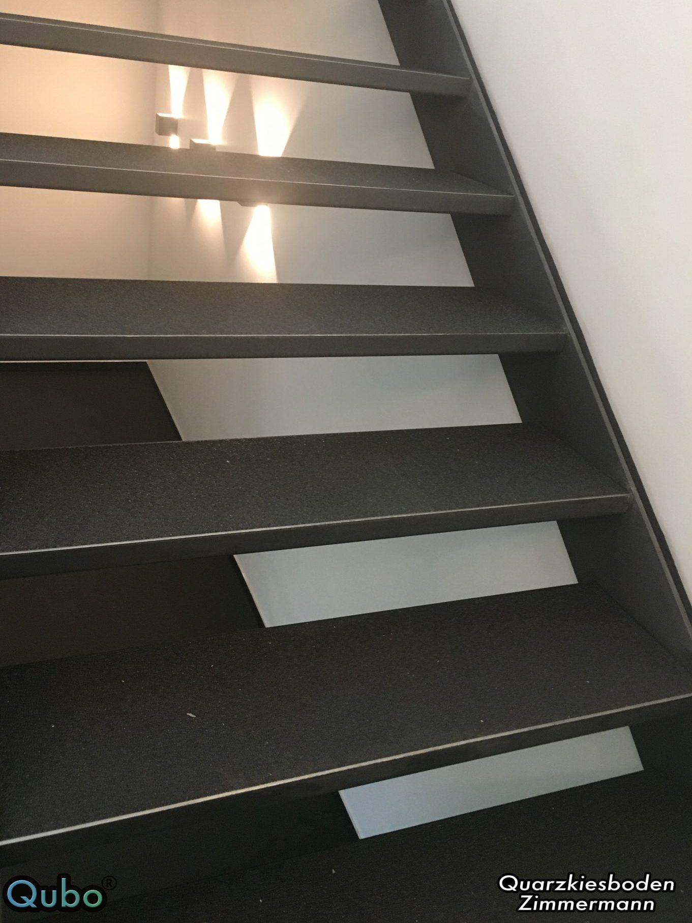 Offene Treppe mit Steinteppich